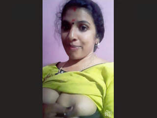Mallu aunty Showing Milk Boobs